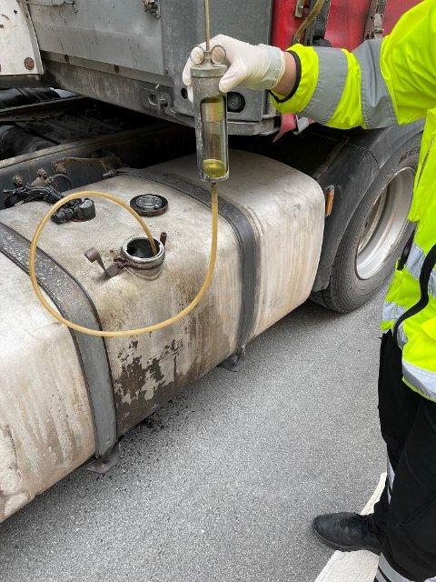 STIKKPRØVE: Statens vegvesens dieselprøver avdekket at én sjåfør hadde jukset og fylt avgiftsfri diesel. Nå venter en tilleggsavgift som vil svi.