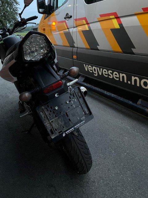 AVSKILTET: Denne mopeden ble avskiltet på stedet fordi den viste seg å være tuklet med for å kjøre raskere enn tillatt. Føreren ble også anmeldt.