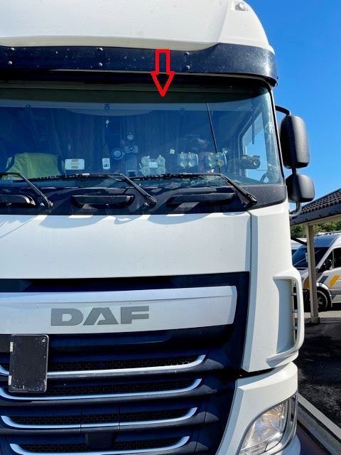 SIKTHINDRING: Mange gjenstander i frontruta gjør det vanskeligere å se blant annet fotgjengere. Føreren av denne lastebilen måtte ta en liten opprydning for å få kjøre videre.