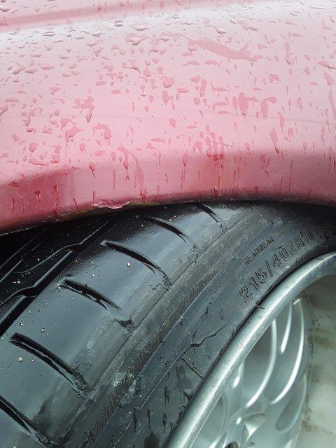 AVSKILTET: Bilen ble avskiltet fordi den var senket så mye at det ikke var mulig å svinge uten at det ble kontakt mellom skjermbue og dekk.