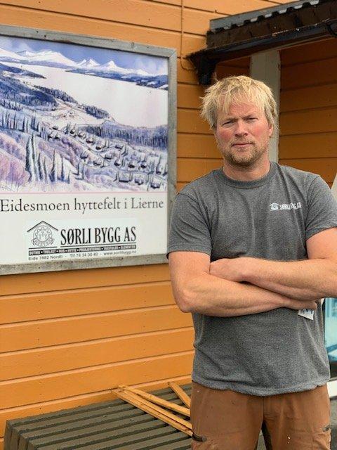 FRUSTRERT: Bolig- og hytteleverandøren Sørli Bygg har jevnlig oppdrag på svensk side. Eier av firmaet, Morten Elvseth, forteller at det er frustrerende for han og de ansatte at innreiserestriksjonene mellom Norge og Sverige nok en gang blir strammet inn.