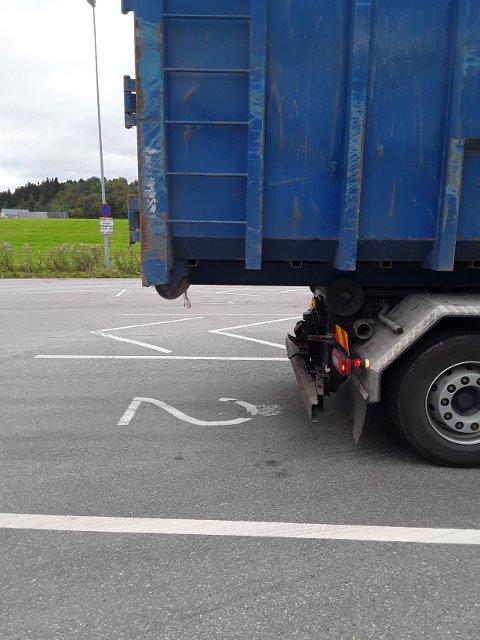 MEGET FARLIG: Føreren av en lastebil fikk bruksforbud grunnet alt for stort overheng på en container. – Dette er meget farlig med tanke på påkjøring bakfra av mc og personbiler, sier seniorinspektør Stig Olav Saur i Statens vegvesen.