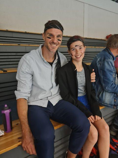 BESØK: Under Frolfest lørdag 25. september var Bjarte Myrhol med på showhåndball, der deltagerne kledde seg ut, til stor glede for veldig mange. Her er han med Eline Vestheim.