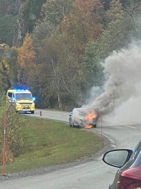 BILBRANN: En bil begynte å brenne ved Trettvikbergene utenfor Namsos.