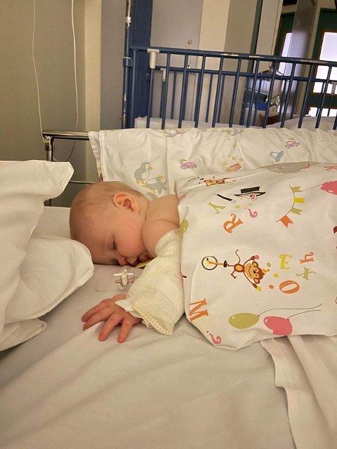 BLE SYK: Sju måneder gamle Iben ble syk for over tre uker siden, men det skulle ta mange dager før hun ble sendt til sykehus og nyrebekkenbetennelse var bekreftet.