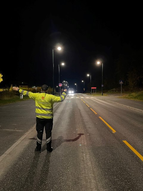 NATTKONTROLL: Statens vegvesen kontrollerte E6-trafikken gjennom Harran i natt.
