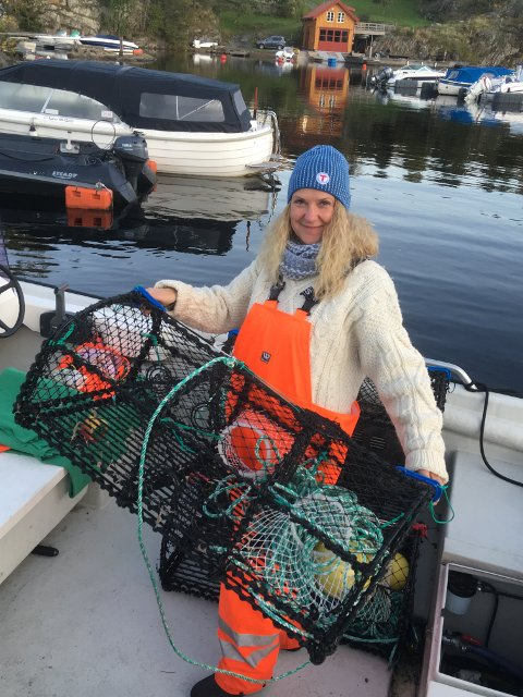 May Zwilgmeyer dro ut Tvedestrandsfjorden med hummerteiner på morgenen i dag. Privat foto