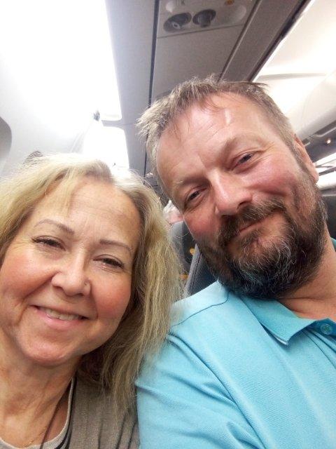 På vei til Mallorca: Nå er Mai-Lisbeth og Kåre på flyet og gleder seg til noen rolige og solfylte dager ved Middelhavet.