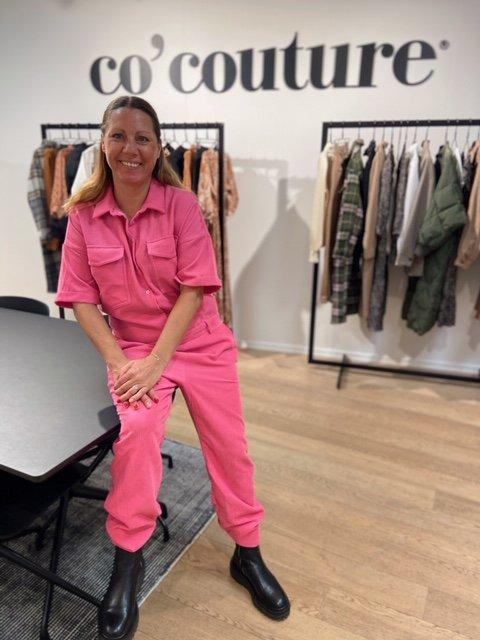 Rosa: Trine er glad i klær. Og hun er ikke redd for å trykke til med litt farger heller.