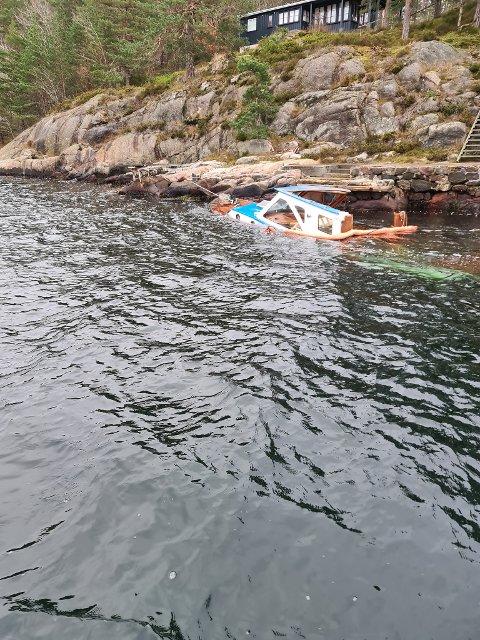 Båten vil bli fjernet herfra i løpet av mandagen. Eieren har enda ikke gitt lyd fra seg.