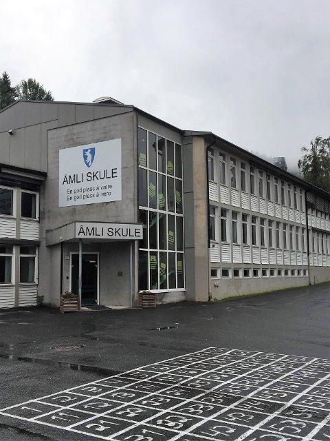 Stengt: Bassenget ved Åmli skule er stengt pga av manglende renhold.