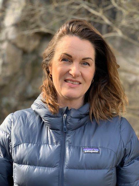 Driver Sans for hår: Bente Jenssen har drevet frisørsalong i åtte år. Nå har hun byttet ut saks med gavebånd, og sender pakker med produkter ut døra til sine kunder.