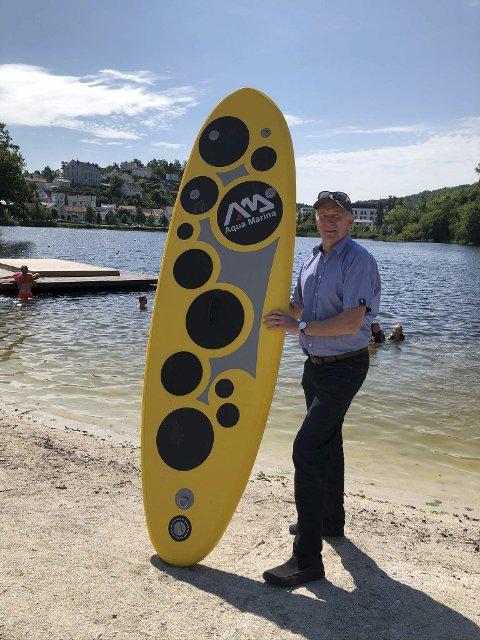 Ship o'hoy: Lars Molleklev håper å se mange barn og unge som koser seg med padling på Tjenna i sommer. han og strandvertene er klare med gratis utlån av utstyr. Foto: Siri Fossing