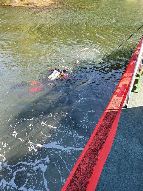 Dykkere fra brannvesenet søker nå i området hvor den brennende båten ble funnet.