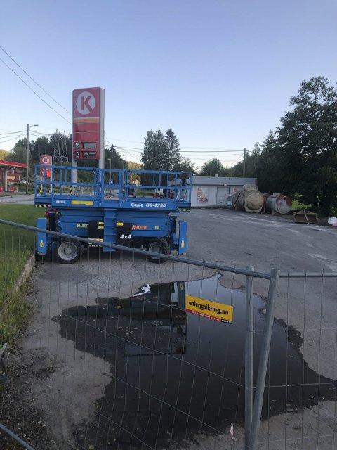 Skal igang: Arbeidet med å grave opp alt som ligger i bakken på det gamle bensinstasjonsområdet starter nå. Foto: Marianne Drivdal