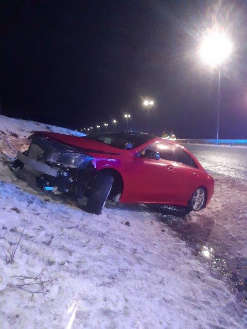 En bil kjørte i autovernet og havnet deretter i vollen utenfor E18 mandag kveld. En person er fraktet til legesjekk i ambulanse etter utforkjøringen.