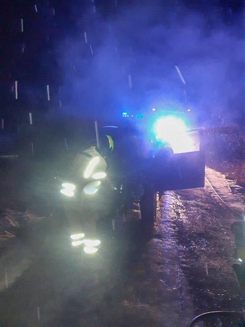 Brannmannskapene måtte lørdag kveld rykke ut til en bilbrann i Valleveien.