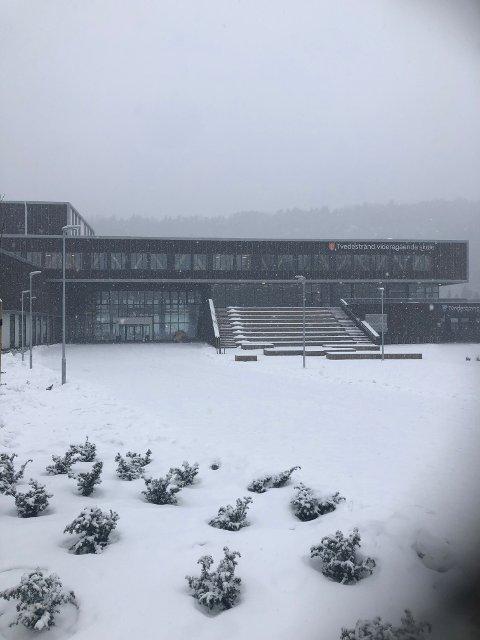Elever og ansatte sto ute i snøværet etter at brannalarmen ble utløst.