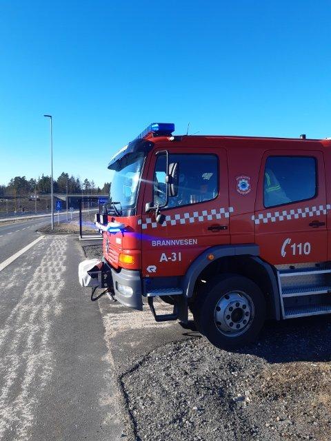 Er på plass: Brannvesenet i Tvedestrand er på plass ved Torsbuåstunnellen. Foreløpig holder de igjen trafikken ved sperringene.