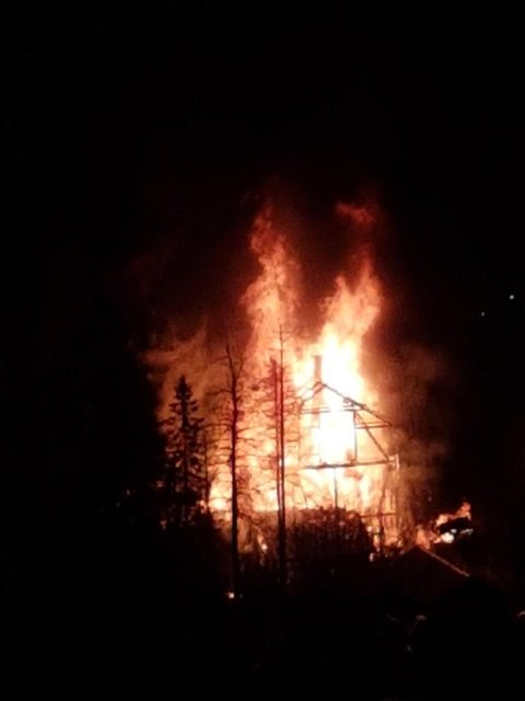 Flammene har helt slukt bygget. Privat foto