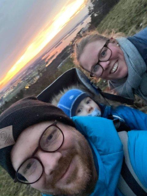Familien på tur: Thoralf og samboer Anne Marit Fone på tur med minstemann i bæremeis. Privat foto