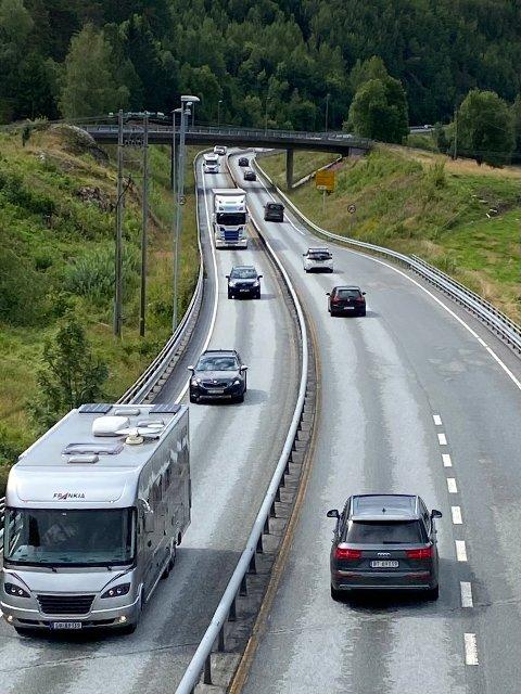 Trafikken gikk i en jevn strøm forbi Tvedestrand i 12-tiden søndag. Etterhvert som man kommer lenger østover øker faren for at det tetner til.