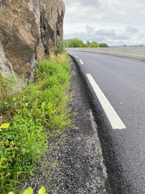 Høy asfaltkant: Møter du en bil her og må svinge ut i kanten, risikerer du både punktering, ødelagt felg eller skader på understellet. Høye biler risikerer i tillegg å støte borti fjellkanten.