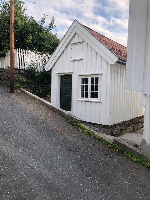 Ferdig restaurert: Slik ser det lille bygget i Måneveien i Tvedestrand ut nå.