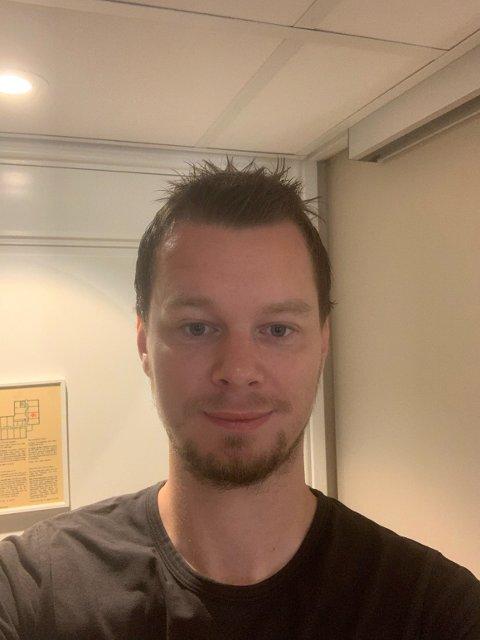 31 år gamle Kristian Engenes Pedersen fra Åmli er fylkesleder for Rødt på Agder. I natt feiret han det gode valgresultatet på Tyholmen i Arendal.