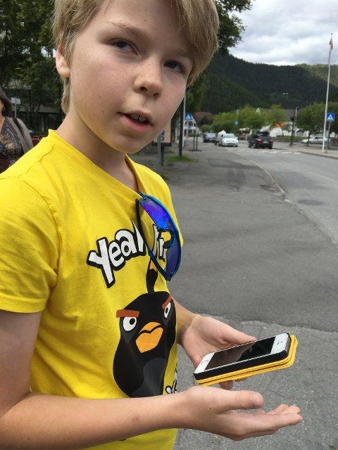 Erik Engebretsen Bjørnstad (11,5 år) er på jakt i Fagernes sentrum og forklarer hvordan spillet fungerer.