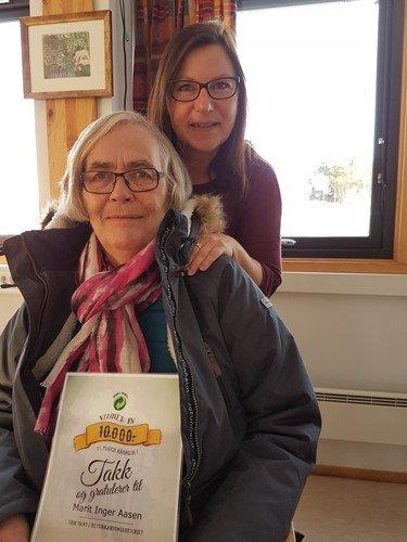 Marit Inger Aasen brettet kartonger, og vant 10.000 kroner i fjor.
