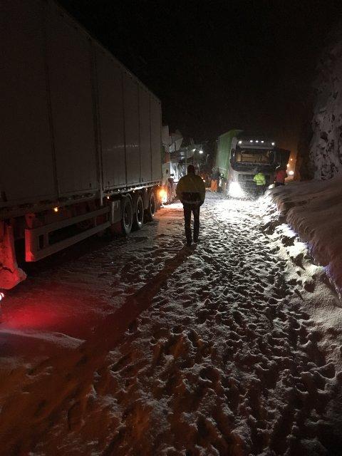 Kvamskleiva: Fire vogntog og to personbiler var involvert i en kjedekollisjon natt til tirsdag på E16 ved Kvamskleiva i Vang.