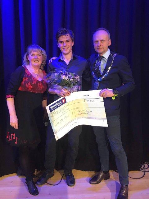 Håkon Aasen (i midta) er tildelt Ungdomsprisen 2018 i Øystre Slidre kommune.