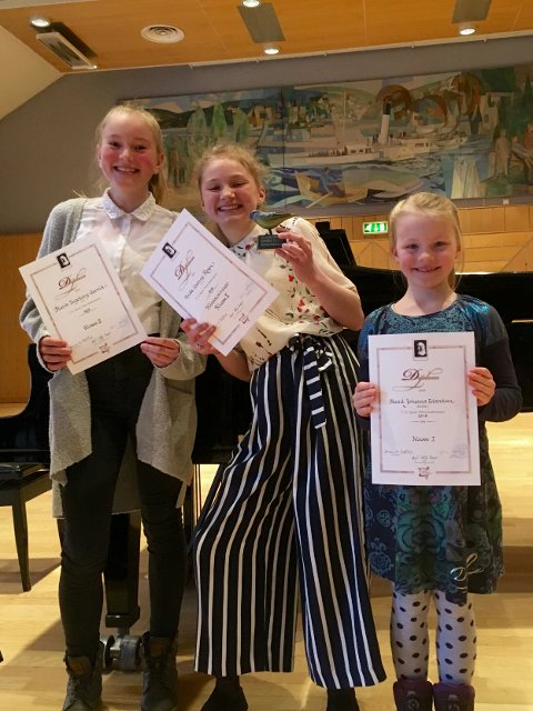 Diplomutdeling: Marit Ingeborg Garvik, Frida Leanne Rogn og Maud Johanna Erlandsen fra Vestre Slidre.