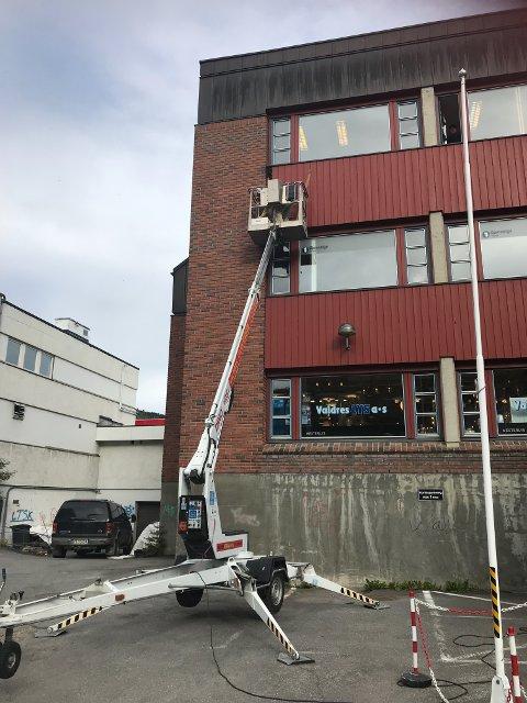 Onsdag kveld møtte vaktmesteren på Gjensidigegården opp med lift, så Valdres Naturbruk kunne bryte opp veggen og flytte bisvermen med bidronning forsiktig over i en bikube som nytt hjem.