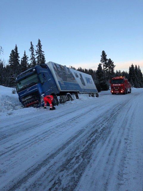 Bergingsbil er nå på plass. Vegen vil bli stengt mens bergingen pågår.