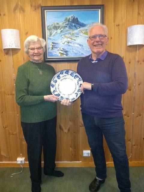 Mottok prisen: Randi Lauvrud og Jens Rogne Renna med prisen, eit keramikkfat laga av Ester Schenker.