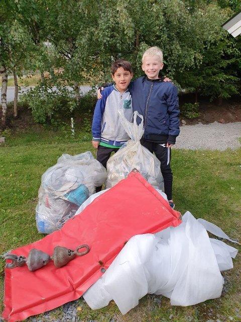 Ottar Johansen og Mohamad Aljalakh fra 4. klasse er tydelig stolte av jobben de har gjort. Men de to guttene var også ganske sjokkerte over hvor mye plastsøppel de fant, og hvor mye folk bare har kastet fra seg i naturen.