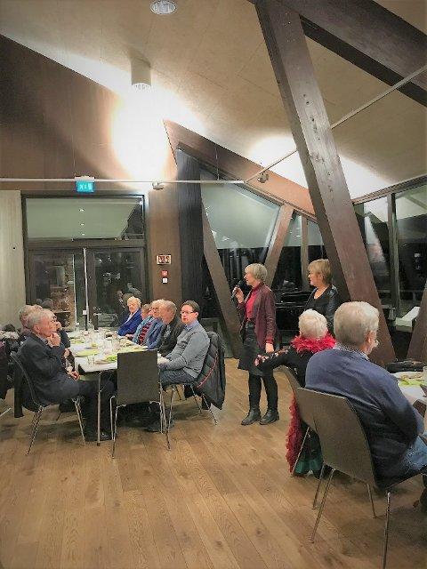 Bra frammøte: Nærmere 100 personer møtte opp for å feire tiårsjubileet til Frivilligsentralen på Fagernes. Aud Søyland og Tove Skjelstad fortalte om arbeidet til internasjonalt kvinneforum og språkkafeen.