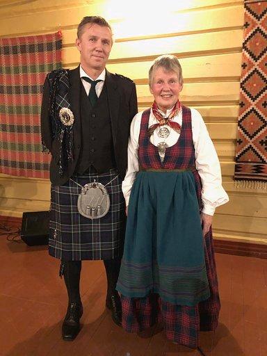 RUTER: Prisvinnar Anne med sonen William, som stilte i kilt. Det er kilder som hevdar at rutastoffa som blir brukt m.a i Valdres har sitt opphav i stoff frå kiltar etter skotske soldatar som fall ved Otta under Kalmarkrigen.