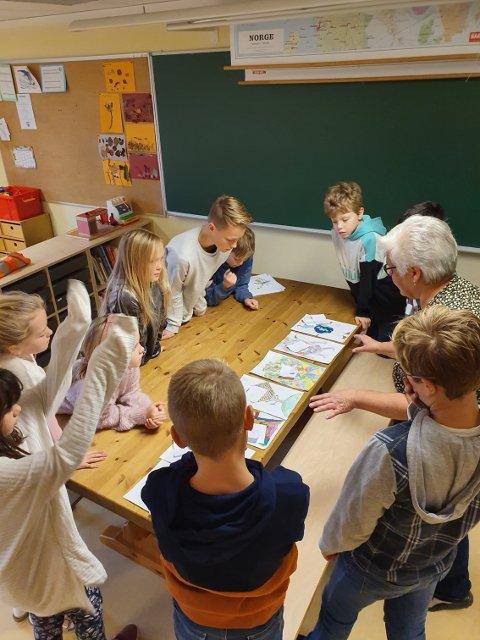 I arbeid: Her er elevene i gang med å vurdere tegningene av plastmonsteret, sammen med inspektør Berit Fjeld.