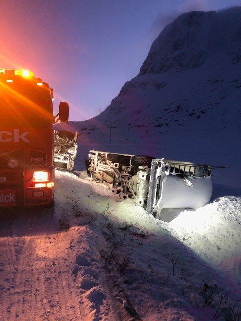 Vogntoget er berget, men hengeren må ligge i påvente av lossing i morgen. Foto:Privat