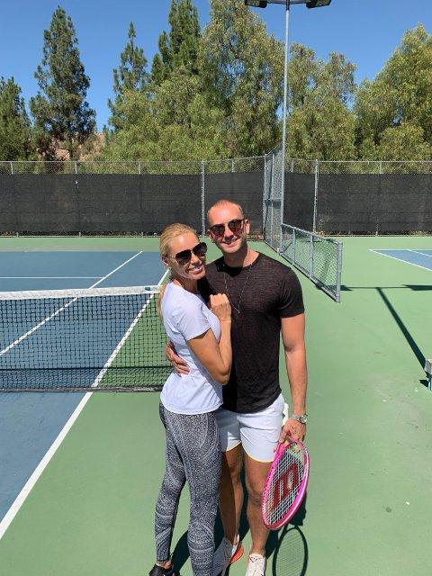 På tennisbanen: Christoffer Gunnestad gjennomfører ei treningsøkt hjemme hos Hollywood-fruen i den første av to YouTube-videoer med Anna Anka.
