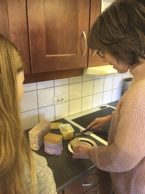 Deler ut mat: Randi Bøe ved NABS deler ut kilosvis med knekkebrød og brunost til sultne elever i løpet av et skoleår.