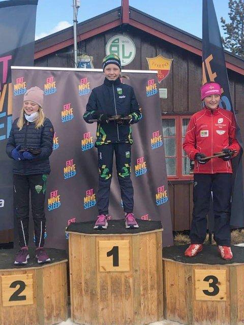 På toppen: Eline Gigstad Bergene (i midten) gikk helt til topps på søndagens konkurranse i klasse jenter 11 år. Lørdag ble det andreplass.