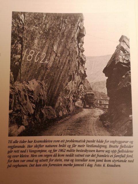 Nils Olav Tilden sendte oss dette klippet mandag kveld. Det står i boka Norske gardsbruk under Vang side 119. Han minner om at steinras i Kvamskleiva ikke er noe nytt fenomen, og mener det er på høy tid at folket blir hørt.