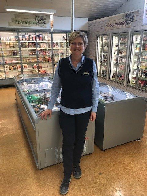 Ny kjølevareavdeling som Marit Bachér stolt viser fram.