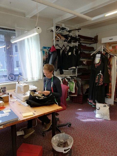 Martha Enger Steinsæter jobber konsentrert for å få bundane, som er bestilt og levert inn,  klare til 17. mai og konfirmasjoner.
