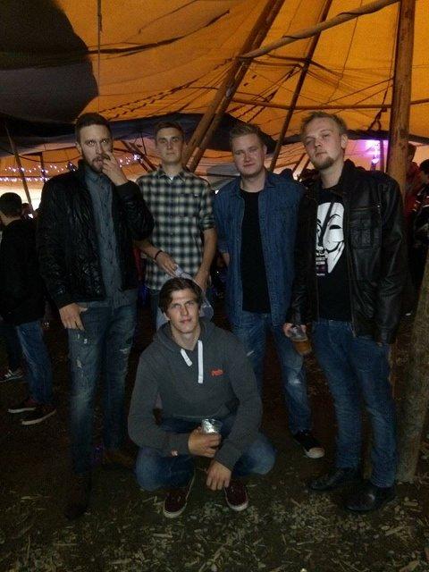 PÅ TROLLROCK: Bandet Drunken Pineapples og rapper Terje Granli / ScarryT3rry før konserten de gjorde sammen på Trollrock i 2016. Øverste rad f.v: Oskar Fjelltun, Gjermund Framstad, Erik Bergan og Terje Granli. Sittende ser du Espen Bragerhaug.