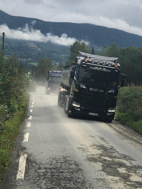Store bilar på smale vegar: Kvar einaste dag døgnmer rundt dundrar det lastebilar og vogntog gjennom Vestringsbygda.